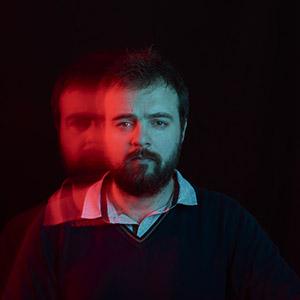 photo portrait de William Lacaule avec effet de lumière rouge et bleu